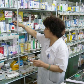 what do pharmacy technicians do